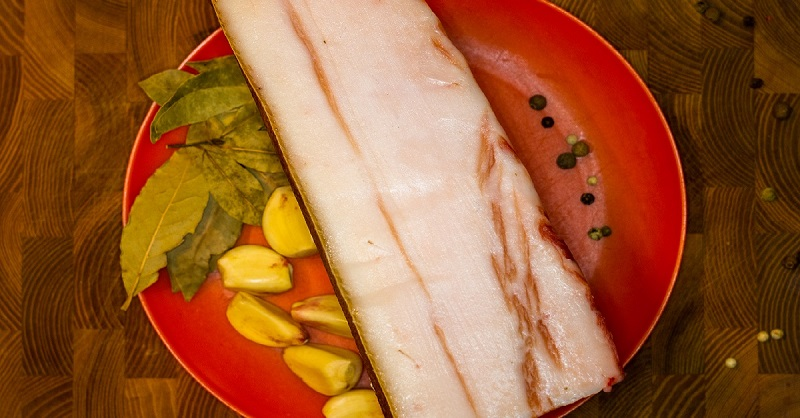 Полстакана сахара и стакан соли — именно так готовлю самое нежное сало, едят даже дети. Лавровый лист отлично дополняет вкус.